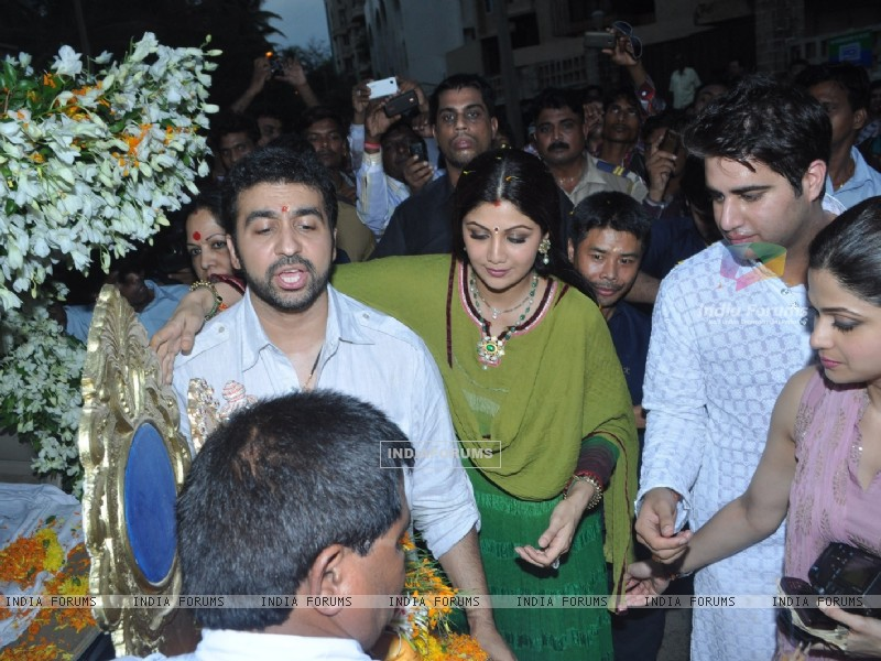 Raj Kundra and Shilpa Shetty at Shilpa Shetty's Ganpati Visarjan (226248) size:800x600