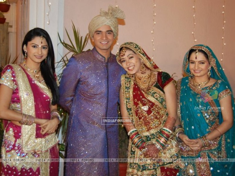 Rucha,Vishal,Firoza and Giaa on Saath Nibhana Saathiya set. (226292) size:800x600