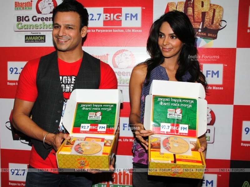 Vivek Oberoi and Mallika Sherawat at 92.7 BIG FM promoting film Kismat Love Paisa Dilli (227239) size:800x600