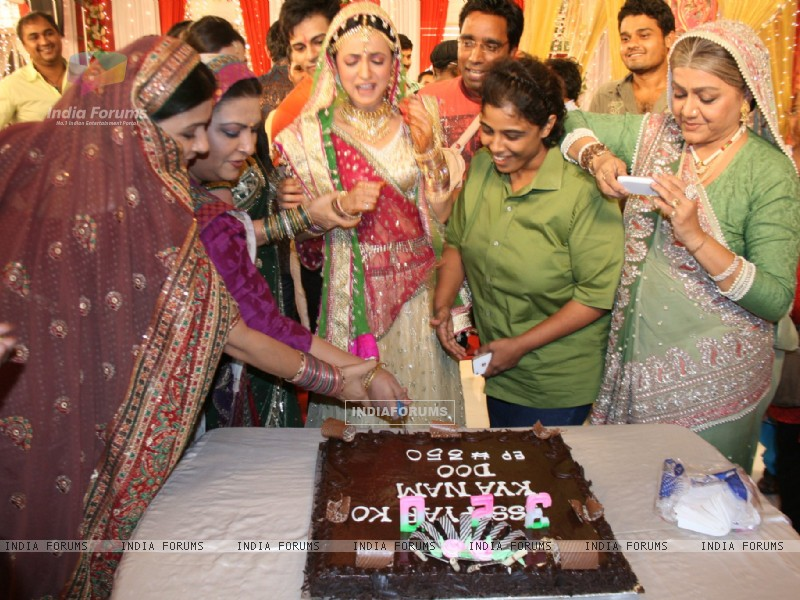 Iss Pyaar Ko Kya Naam Doon cast celebrating birthday (228096) size:800x600