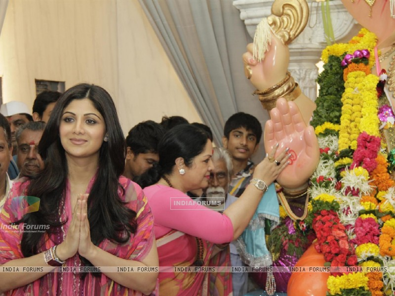 Shilpa Shetty With Parents At Andheri Ka Raja (229675) size:800x600