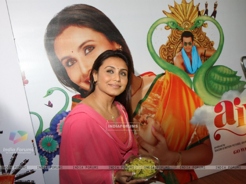 Bollywood actress Rani Mukherji promoting Aiyyaa with Chaha Poha (Tea and Maharashtrian Snack Poha) at Wagh Bakri Tea Lounge in Mumbai. (230026) size:800x600