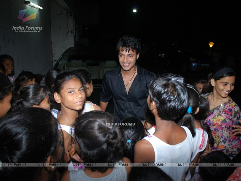 Akshay sethi mobbed by children at Musical Concert organized by actor Gautam Chaturvedi (230696) size:800x600