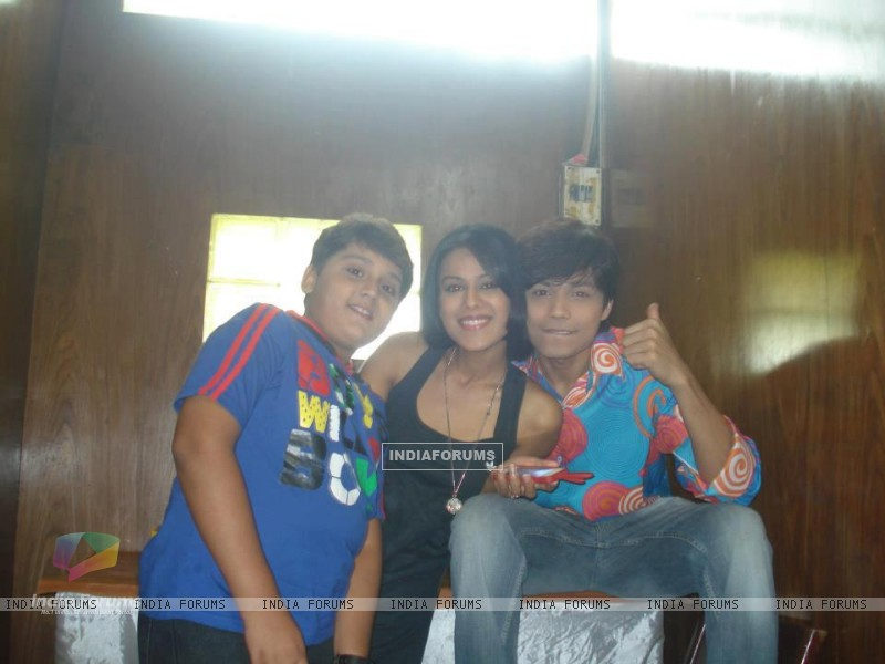 Nia sharma with gaurav & Shlok (231491) size:800x600