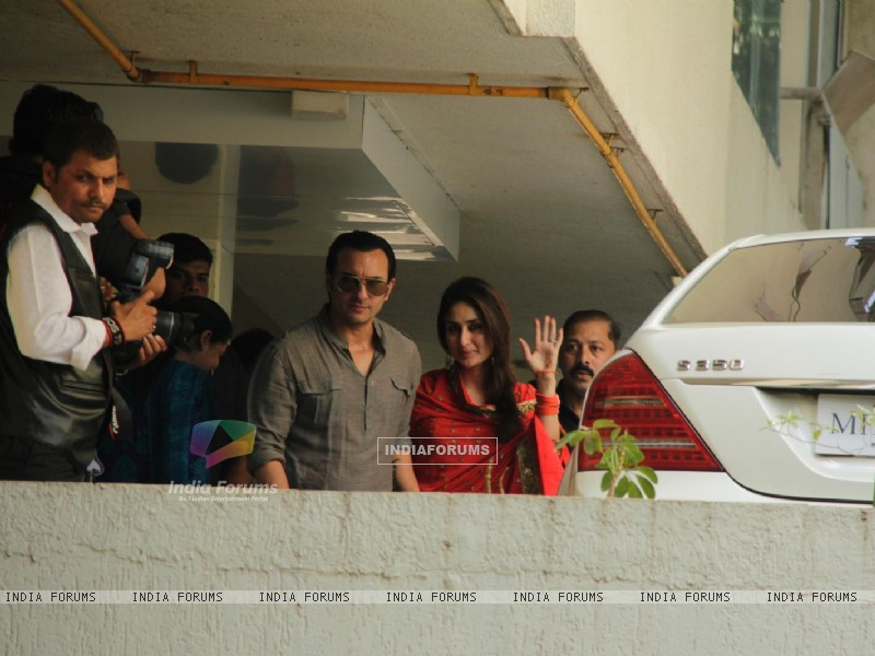 Saif Ali Khan with wife Kareena Kapoor gestures after their marriage (232785) size:800x600