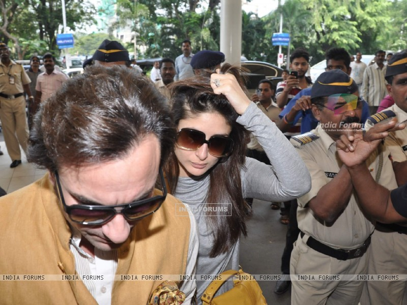 Bollywood actors Saif Ali with wife Kareena Kapoor leave for delhi (233154) size:800x600