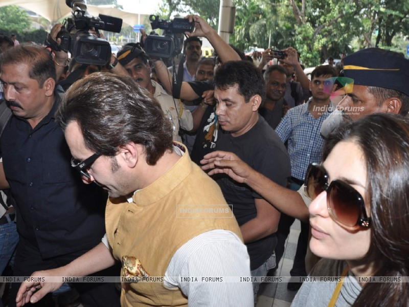 Bollywood actors Saif Ali with wife Kareena Kapoor leave for delhi (233157) size:800x600