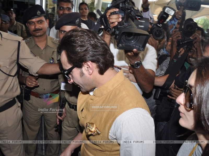 Bollywood actors Saif Ali with wife Kareena Kapoor leave for delhi (233160) size:800x600