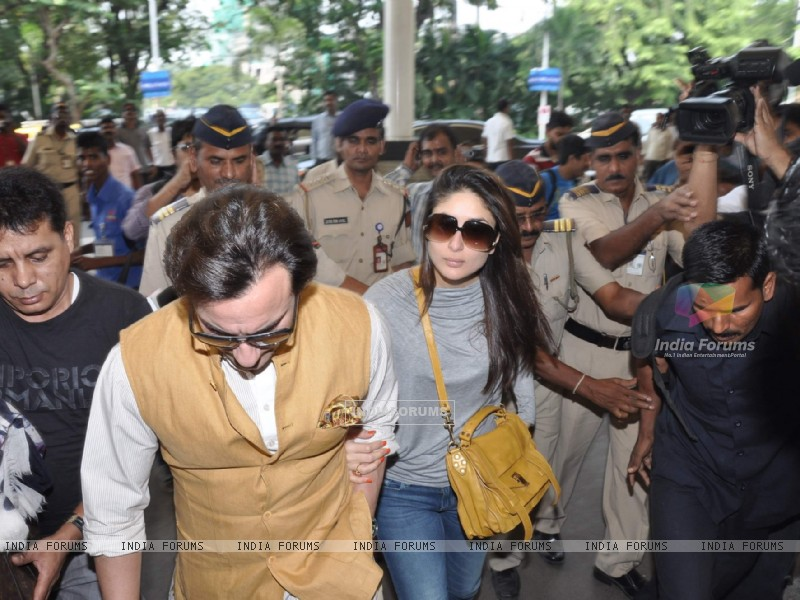 Bollywood actors Saif Ali with wife Kareena Kapoor leave for delhi (233184) size:800x600