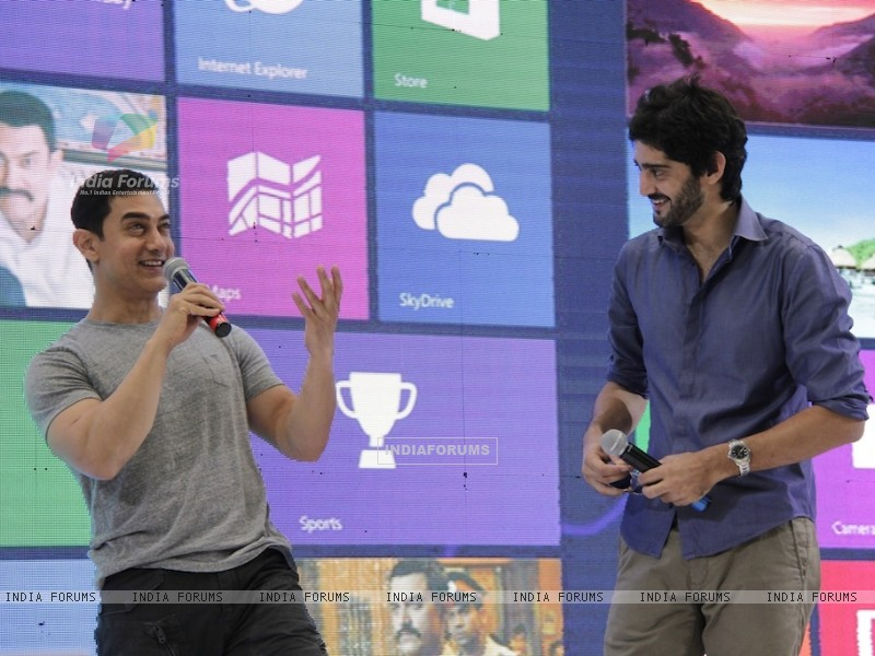 Aamir Khan and Gaurav Kapoor promotes film Talaash with Microsoft Windows 8 (239087) size:800x600