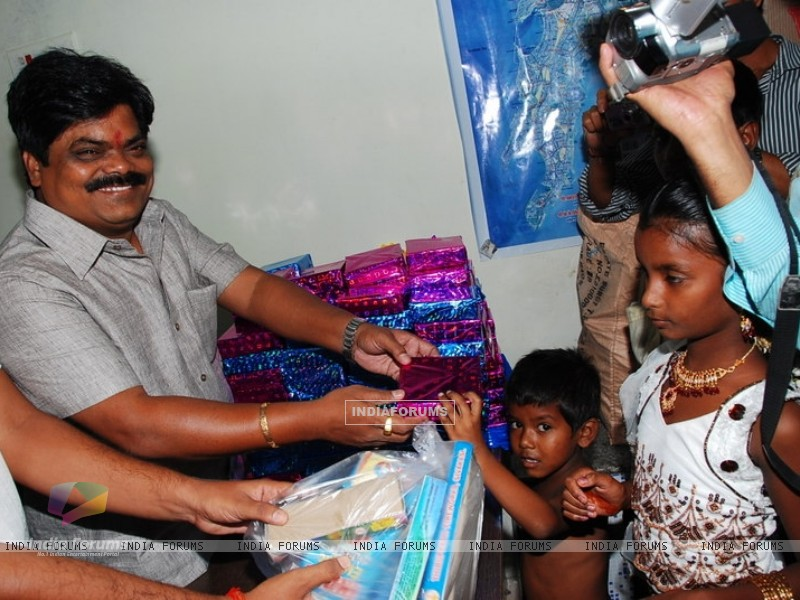 Shankar Nangre distributing Sweets and Fire Crackers to the underprivileged children (239599) size:800x600