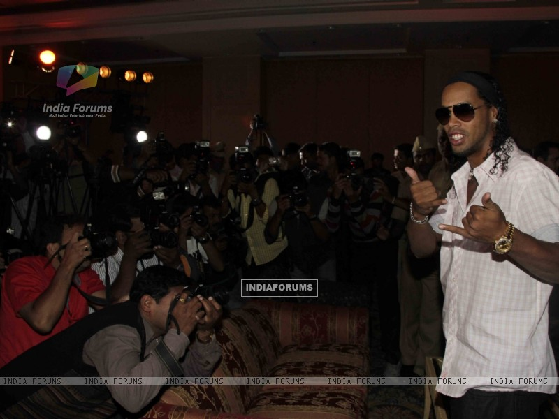 Ronaldinho unveiling of the banner of animation movie R-10 (249382) size:800x600