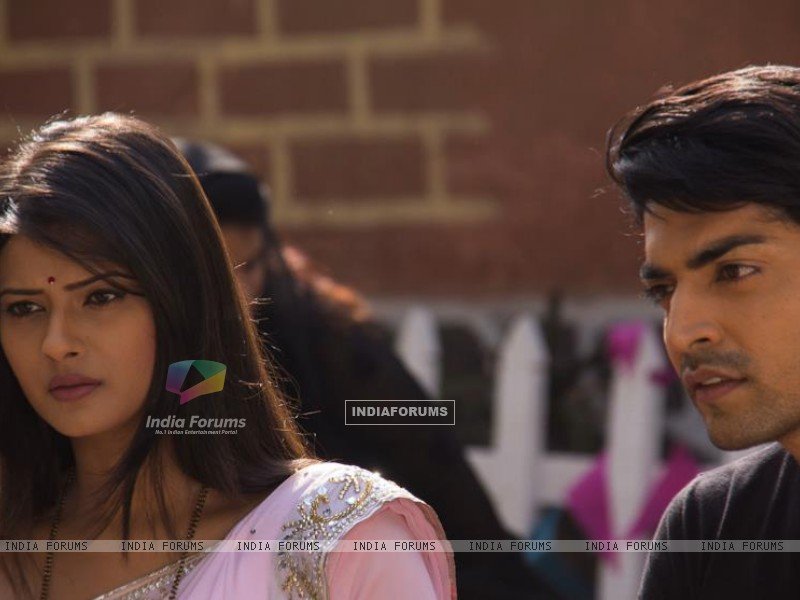 Gurmeet and Kratika on sets during Punar Vivah outdoor shoot (255627) size:800x600