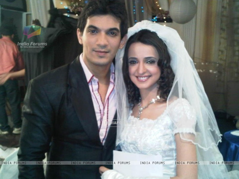 Arjun with co-actor Sanaya (256972) size:800x600