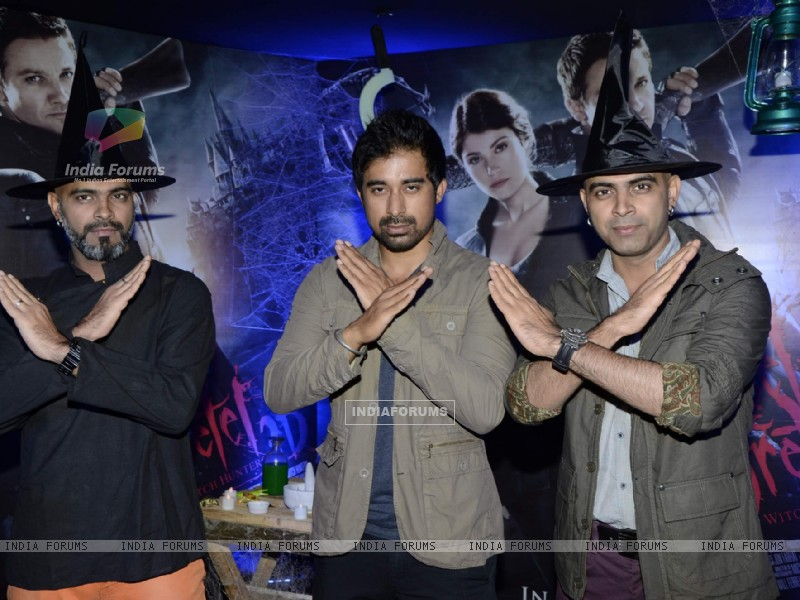 Bollywood actor Rannvijay Singh with Creative Head of Entertainment Colosceum Rajiv Lakshman and Senior Supervising Producer MTV Raghu Ram at the screening of 3D film Hansel and Gretel in PVR Juhu, Mumbai on Wednesday, January 30th, evening. (257233) size:800x600