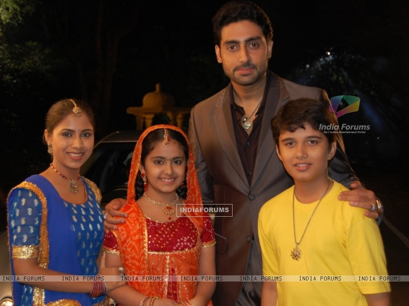 Anandi, Jagdish and Sugna with Abhishek Bachchan in the show Balika Vadhu (32197) size:800x600