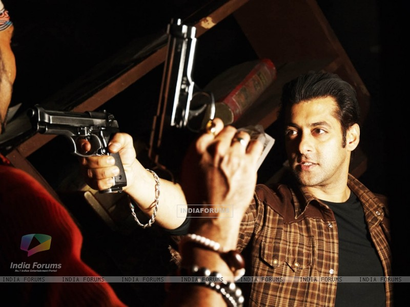 Salman Khan showing rifle (36985) size:800x600