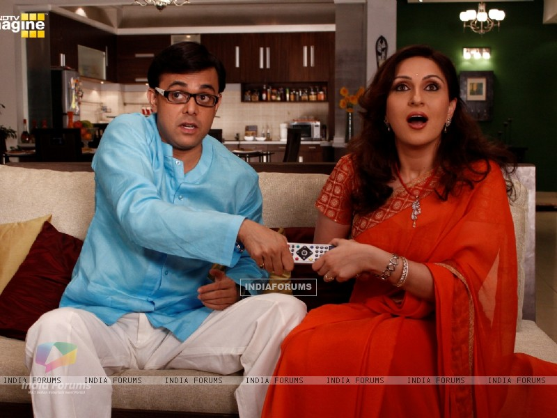 Radhika and Rajdeep fighting for T.V  remote (37395) size:800x600