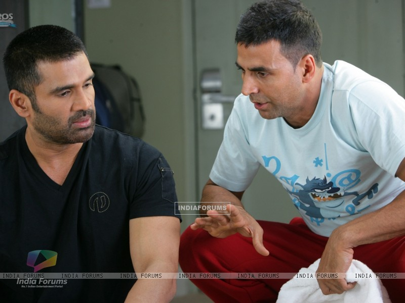 Akshay Kumar giving ideas to Sunil Shetty (39244) size:800x600