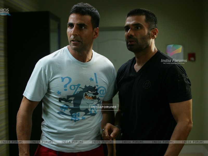 Akshay Kumar and Sunil Shetty looking shocked (39245) size:800x600