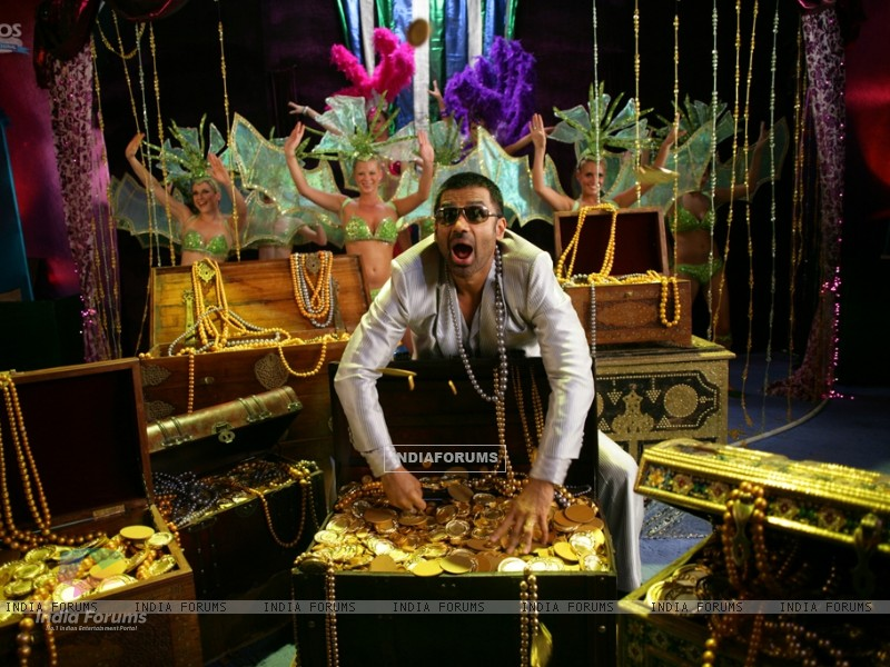 Sunil Shetty with lots of gold and jewellery (39254) size:800x600