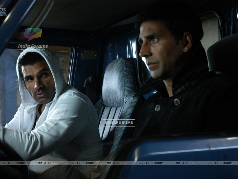 Akshay and Sunil in De Dana Dan movie (39269) size:800x600