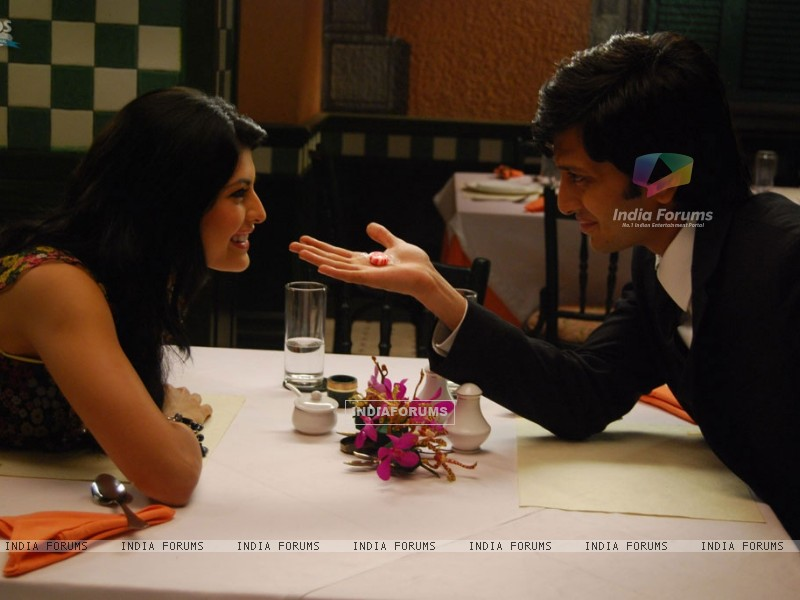 Ritesh Deshmukh showing magic to Jacqueline Fernandes (39306) size:800x600
