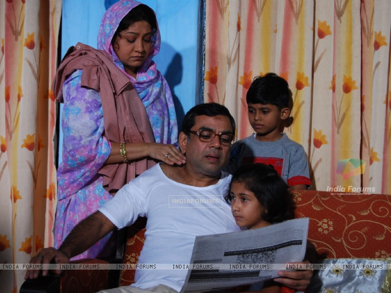 Paresh Rawal with his wife and children (40181) size:800x600