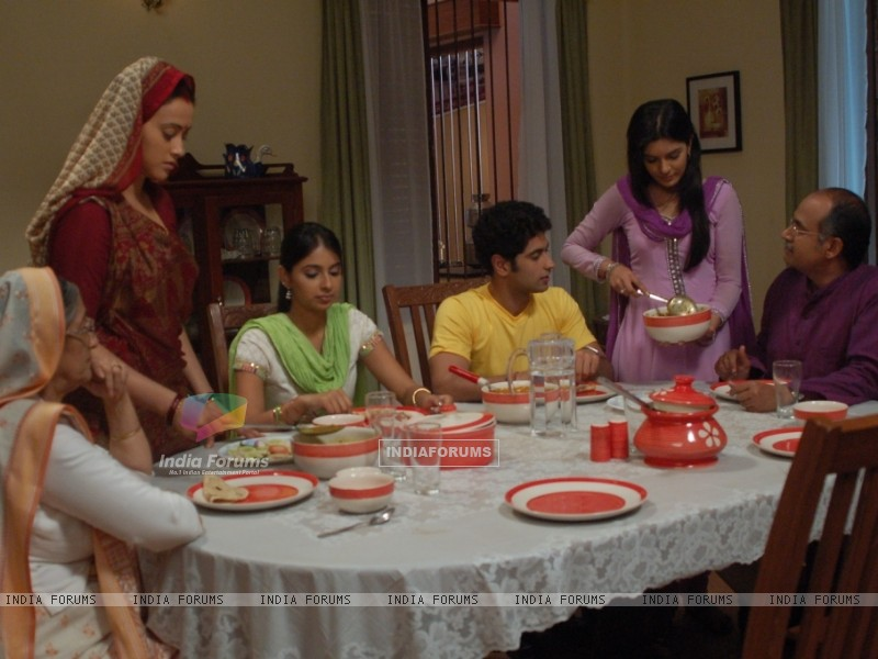 Pratigya family having their dinner (40265) size:800x600