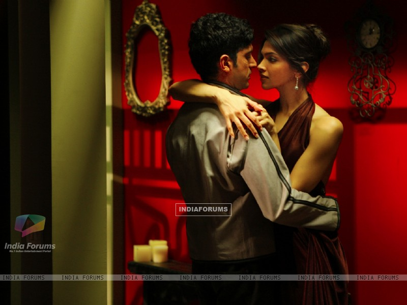 Romantic scene of Farhan and Deepika (41862) size:800x600