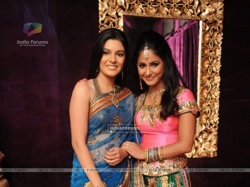 Pooja Gaur and Hina Khan at STAR Parivaar Awards 2010 (66909) size:800x600