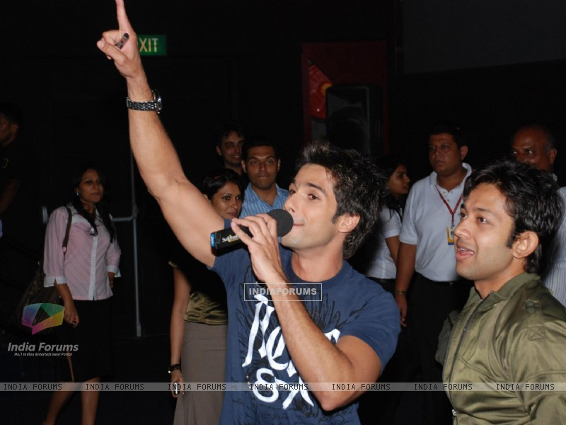 Shahid Kapoor at ''Kaminey'' promotional event at Fame, in Mumbai (78952) size:800x600