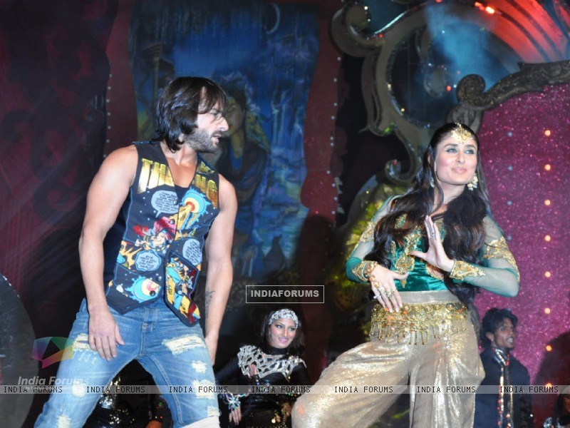 Saif Ali Khan and Kareena Kapoor performs at Stardust Awards 2010 in Mumbai (84072) size:800x600