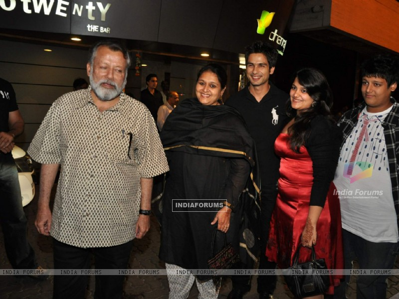 Bollywood actor Pankaj Kapoor at Shahid Kapoor''s suprise birthday bash at Escobar (85338) size:800x600