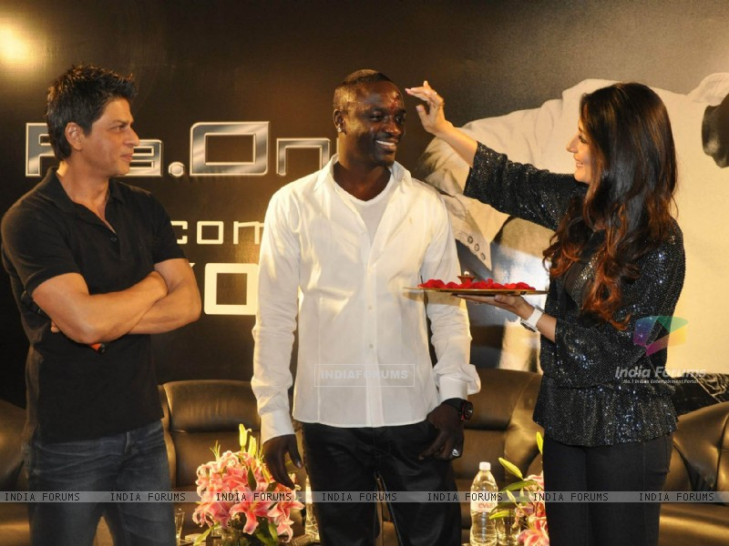 Shahrukh Khan, Akon & Kareena Kapoor pose at a press conference of their forthcoming movie RaOne held in Mumbai today Singer Akon is in Mumbai to record a song for RaOne (85968) size:800x600
