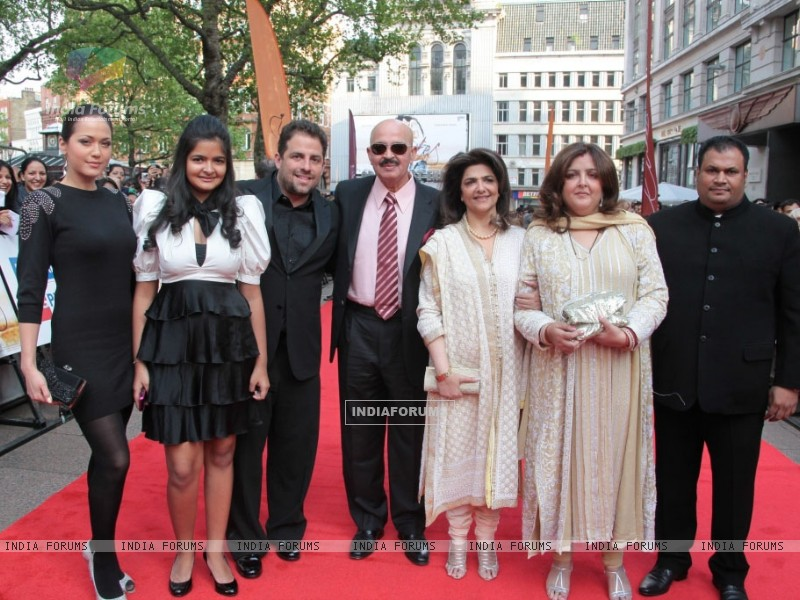 Roshan''s with Brett Ratner at London Premiere of Kites (87747) size:800x600