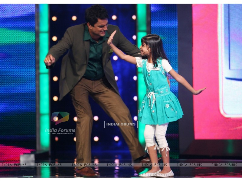 Madhavan dancing with Sparsh (90978) size:800x600