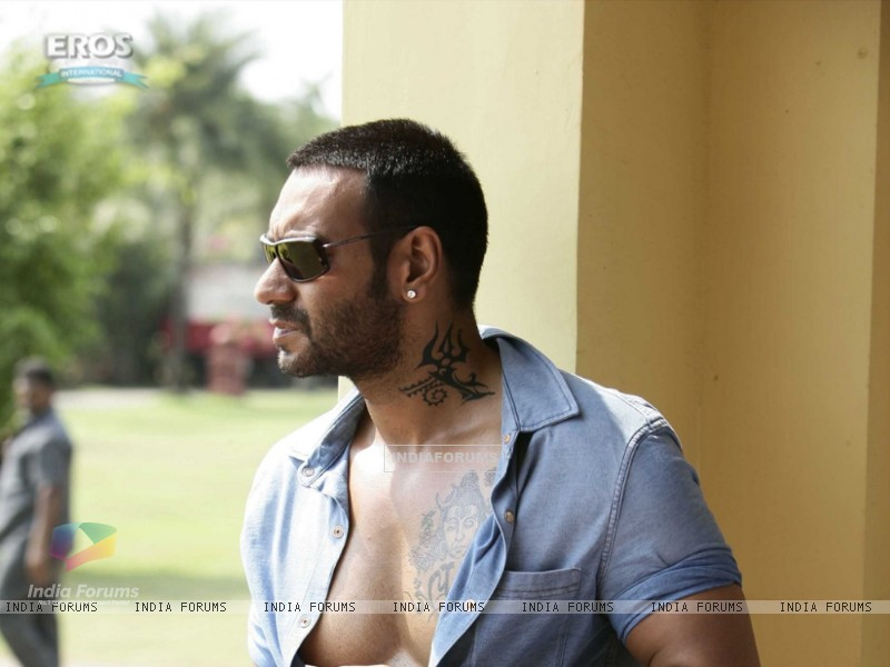 Ajay Devgan in the movie Golmaal 3 (98159) size:800x600